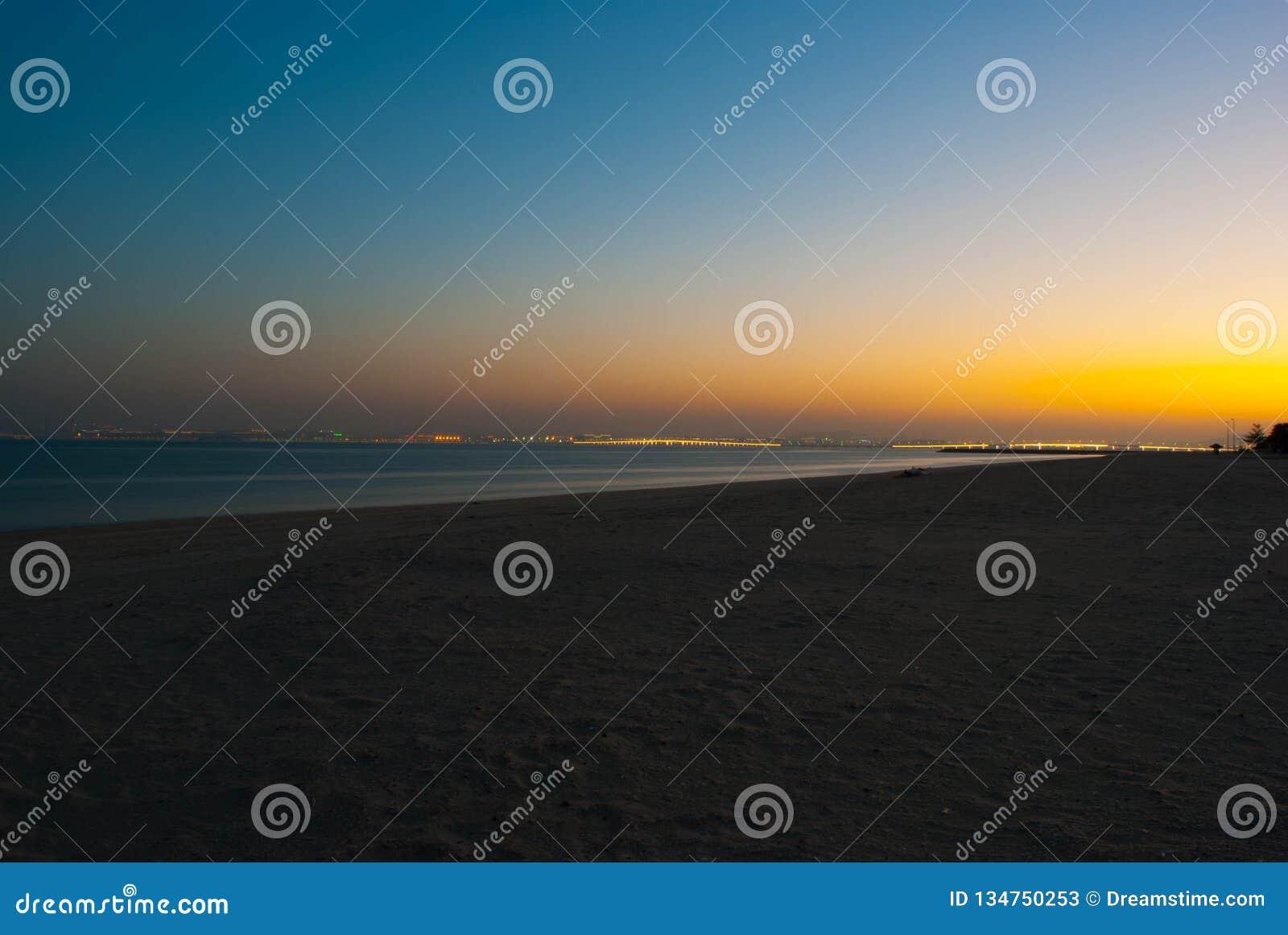 海和海滩夜