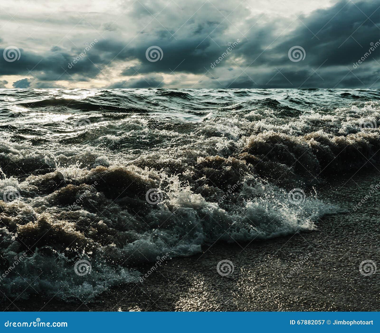 海和海滩猛冲完全成功在黑暗的口气