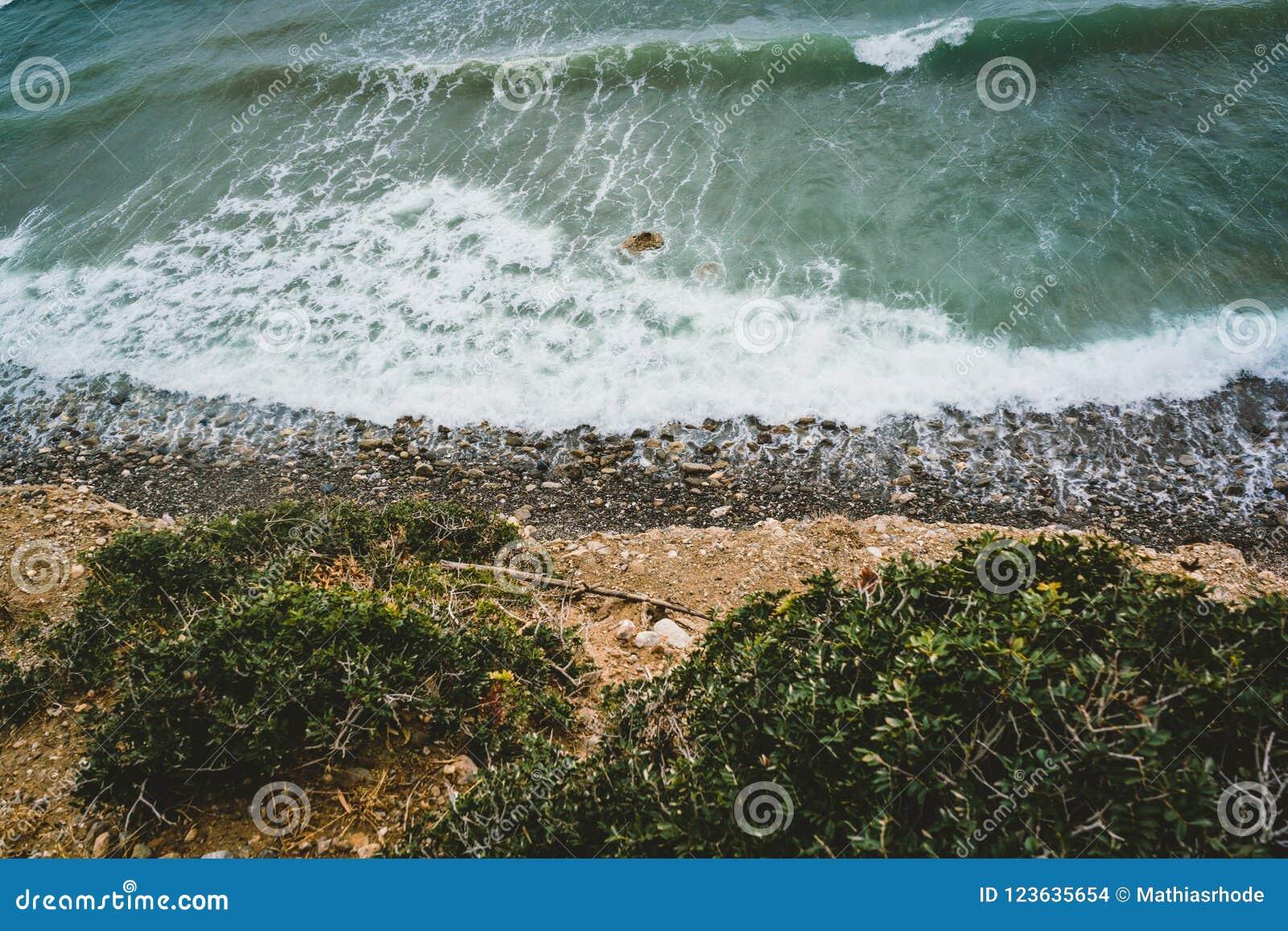 海岛克利特在希腊,往海和海滩的鸟瞰图 顶视图 水的颜色和美妙地明亮 天蓝色的
