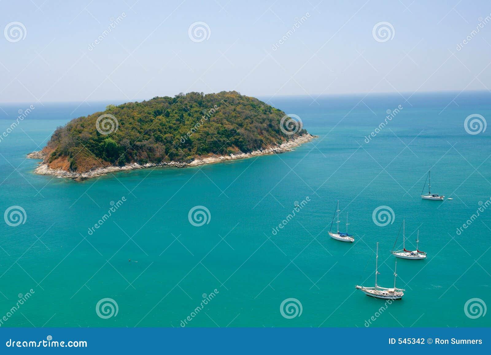 Download 海岛绿洲 库存照片. 图片 包括有 沙子, 休闲, 结算, 节假日, 火箭筒, 天空, 小船, 海岸, 风帆 - 545342