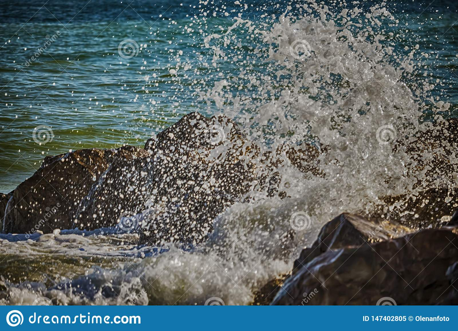 海敲打强的波浪在岩石的