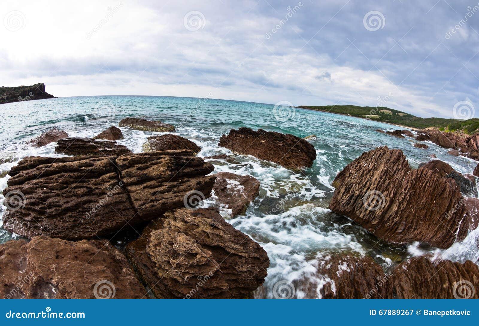 海晃动并且挥动在海滩在圣彼得罗海岛,撒丁岛