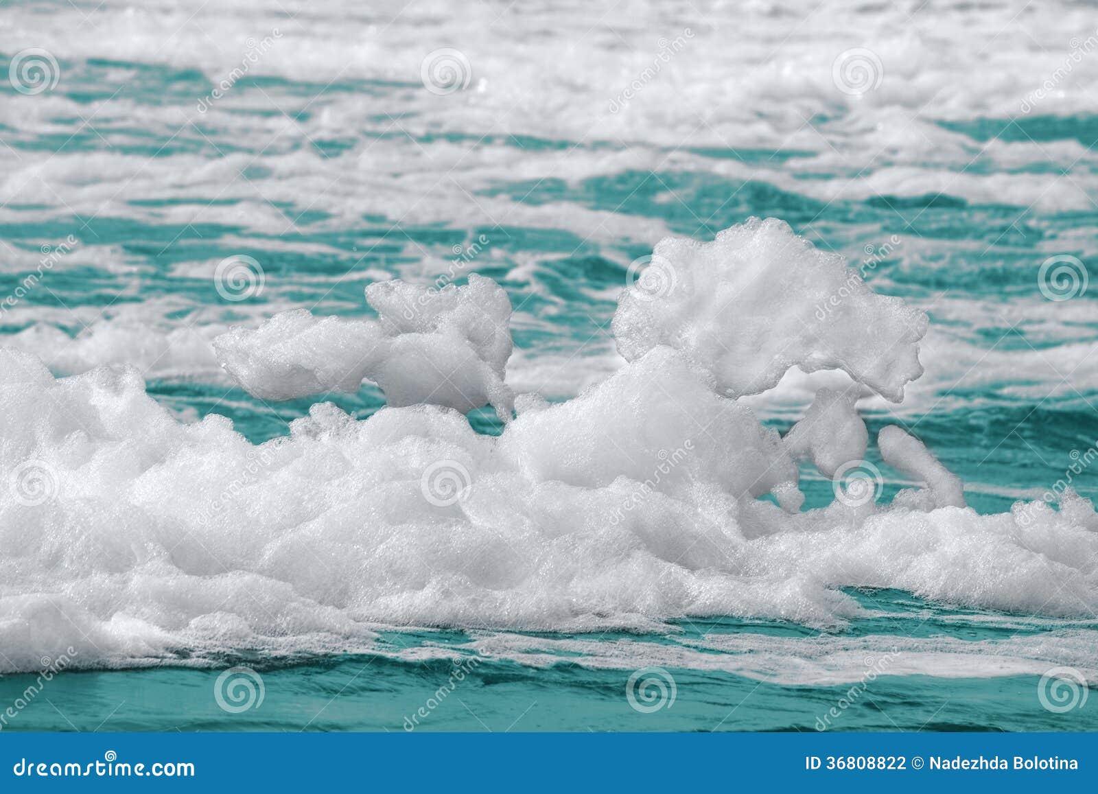 泡沫适用于_海水表面上的白色泡沫.