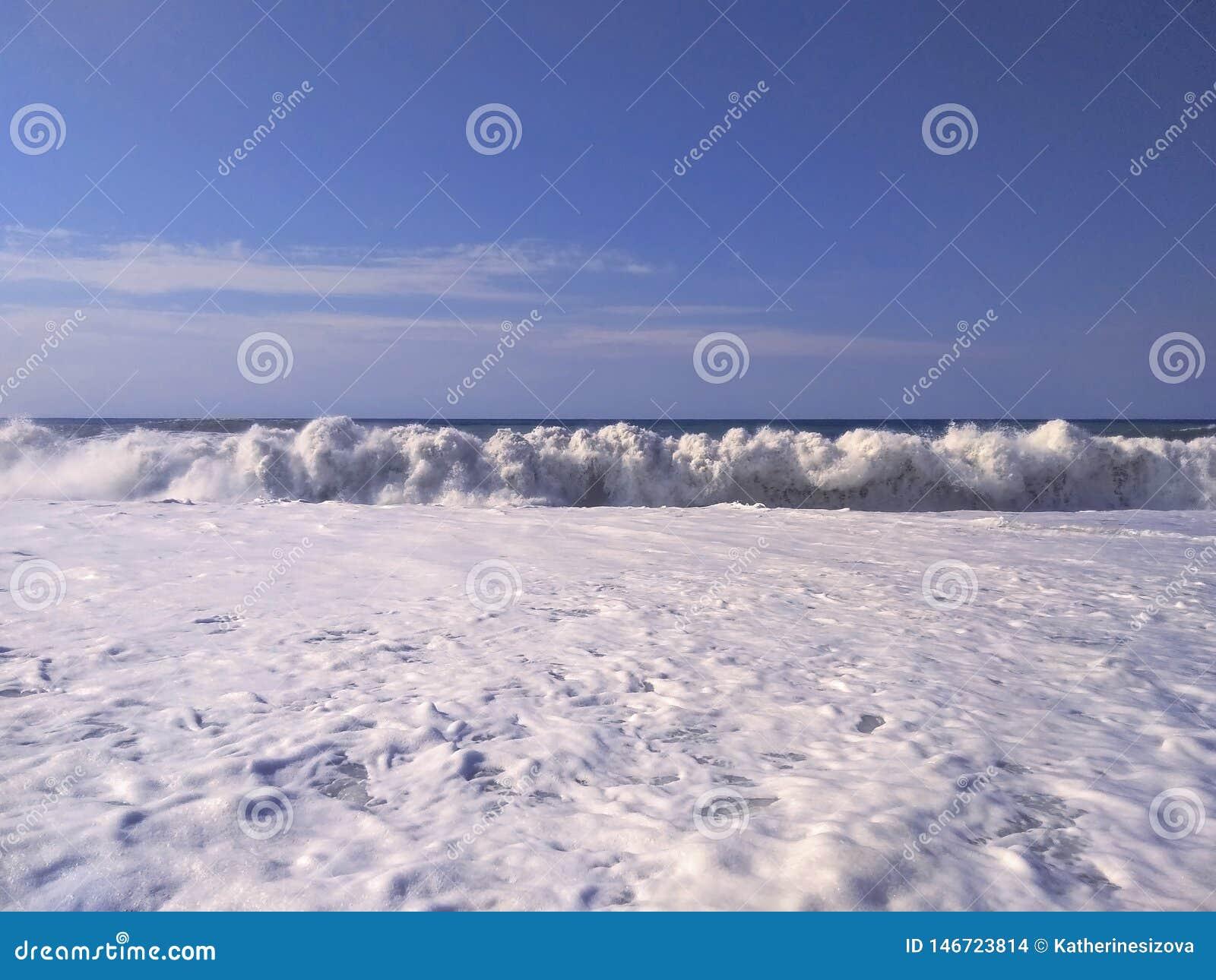 海波浪美好的风景与白色泡沫的