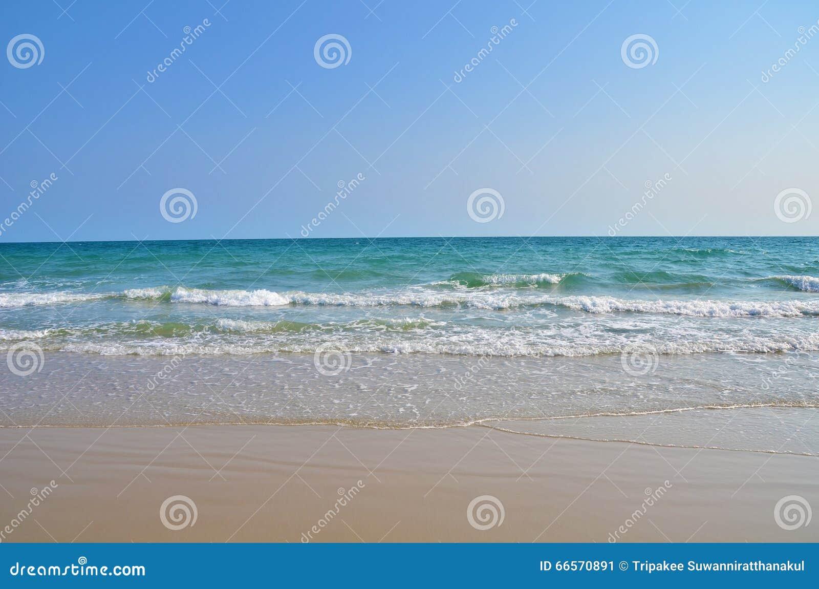 海海滩蓝天沙子太阳白天