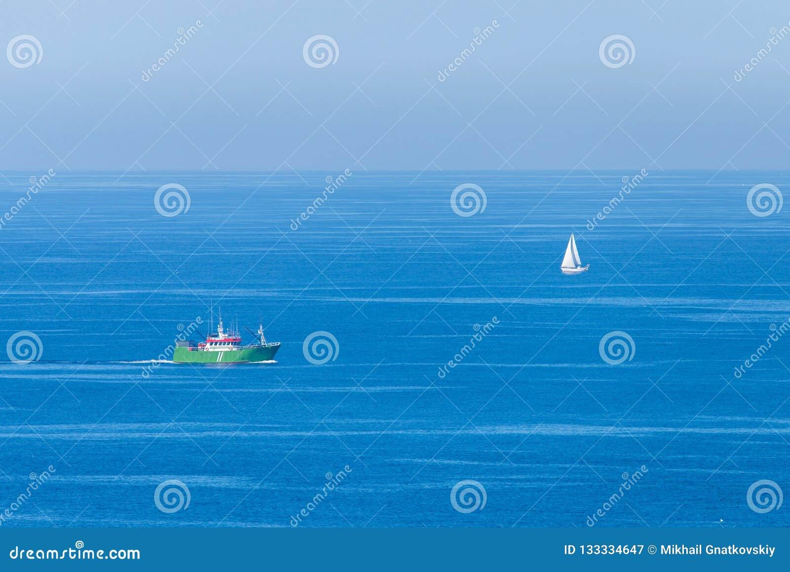 海渔夫船和风船在海 最低纲领派看法