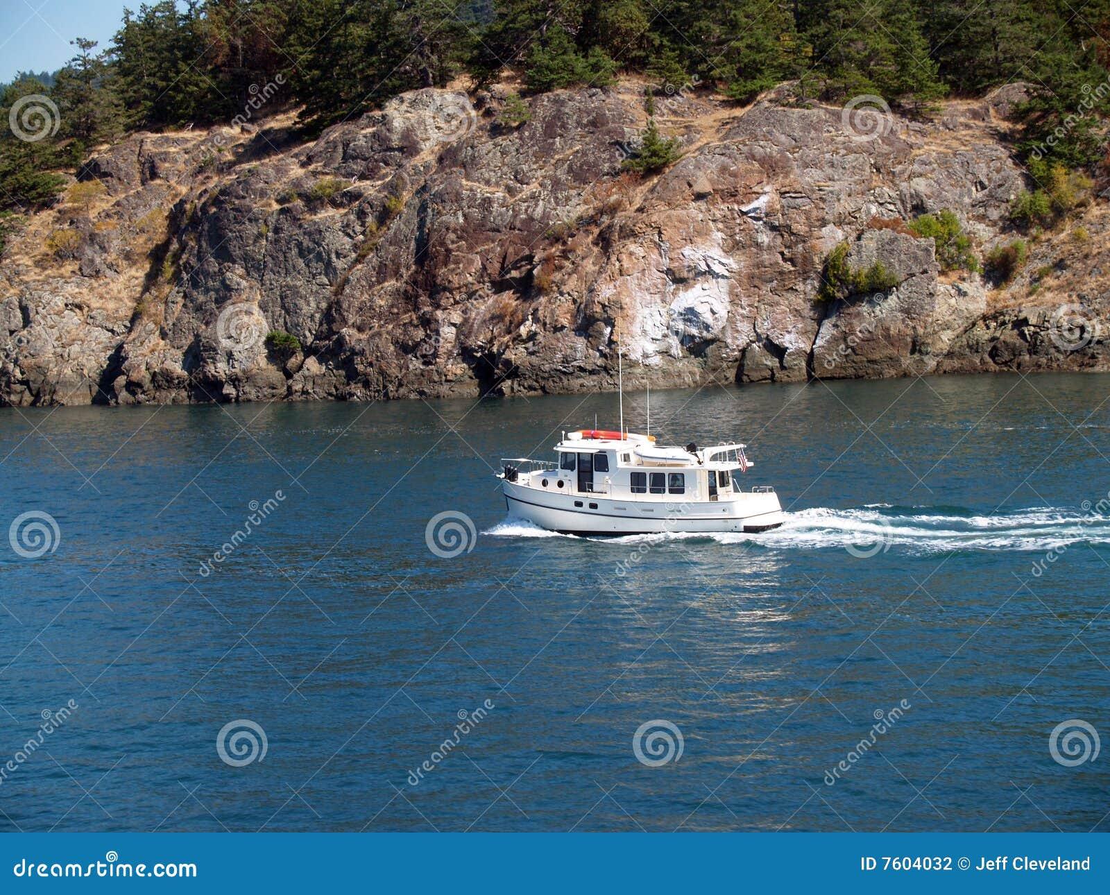 海湾在岩石岸猛拉附近的小船马达