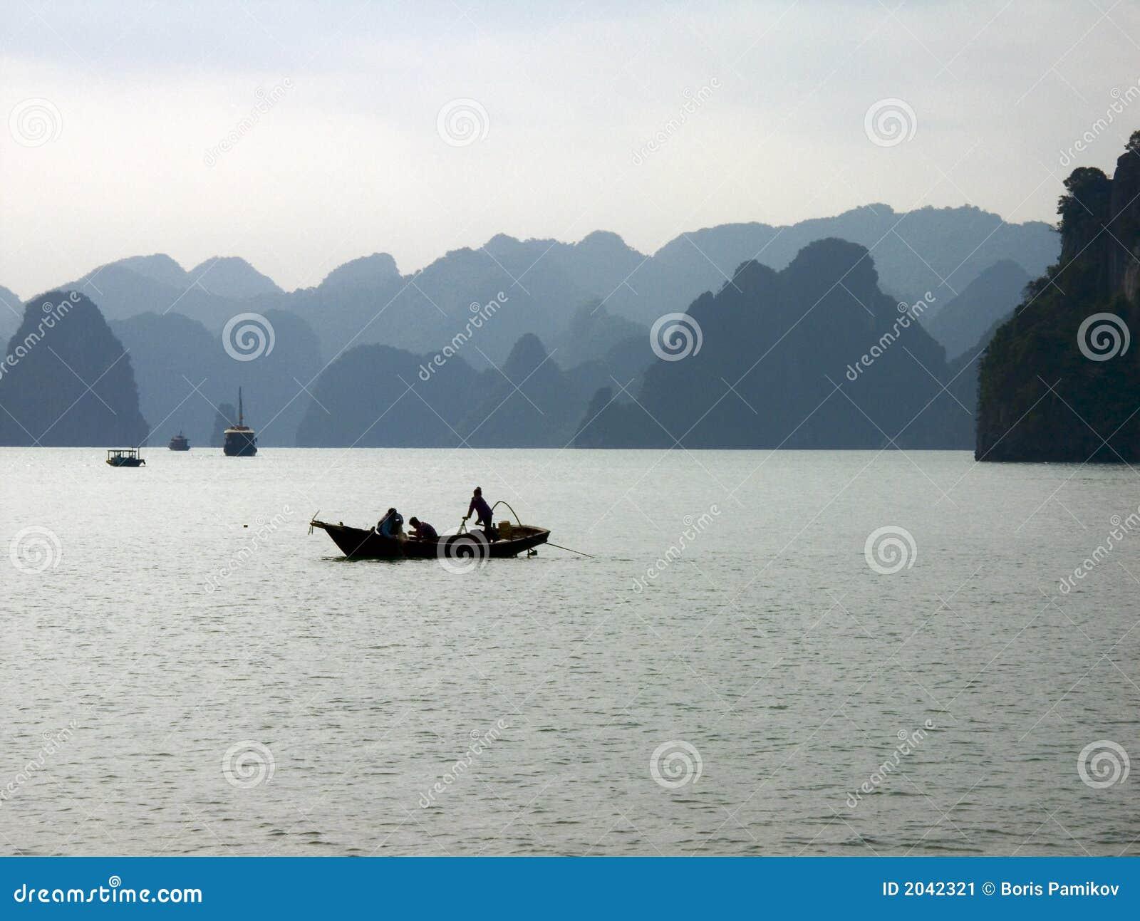 海湾小船捕鱼halong越南