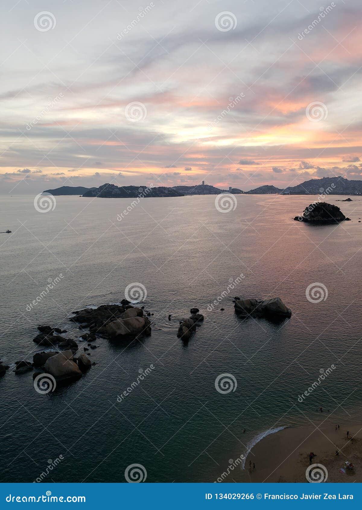 海滨的鸟瞰图与岩石的在阿卡普尔科,墨西哥