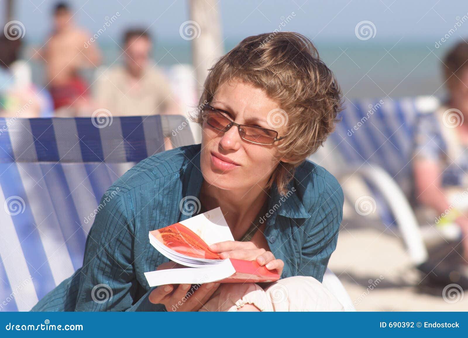 海滩书妇女
