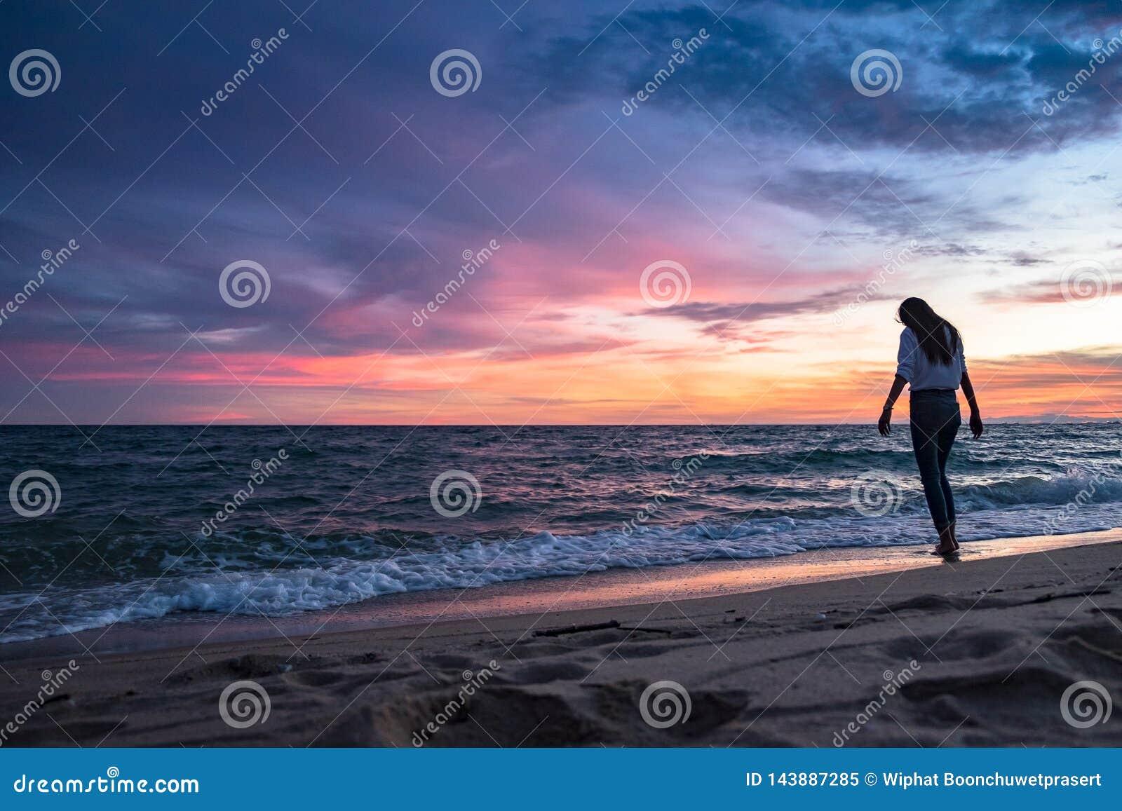 海滩含沙妇女年轻人
