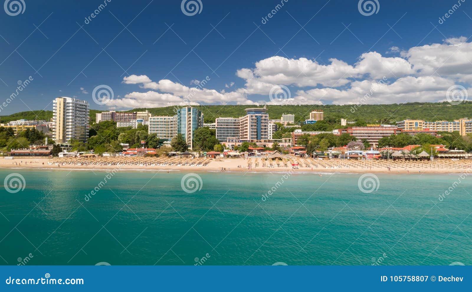海滩和旅馆的看法金黄沙子的, Zlatni Piasaci 在瓦尔纳,保加利亚附近的普遍的避暑胜地