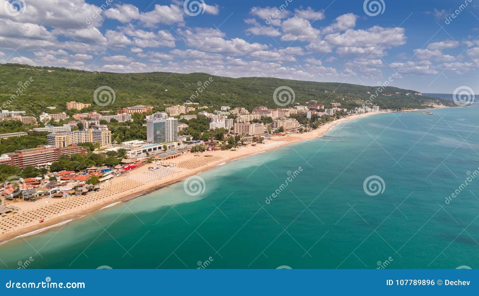 海滩和旅馆的鸟瞰图金黄沙子的, Zlatni Piasaci 在瓦尔纳,保加利亚附近的普遍的避暑胜地