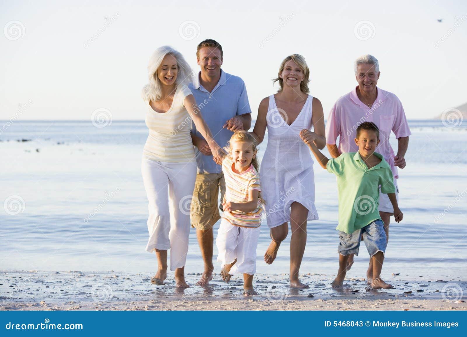 海滩大家庭走