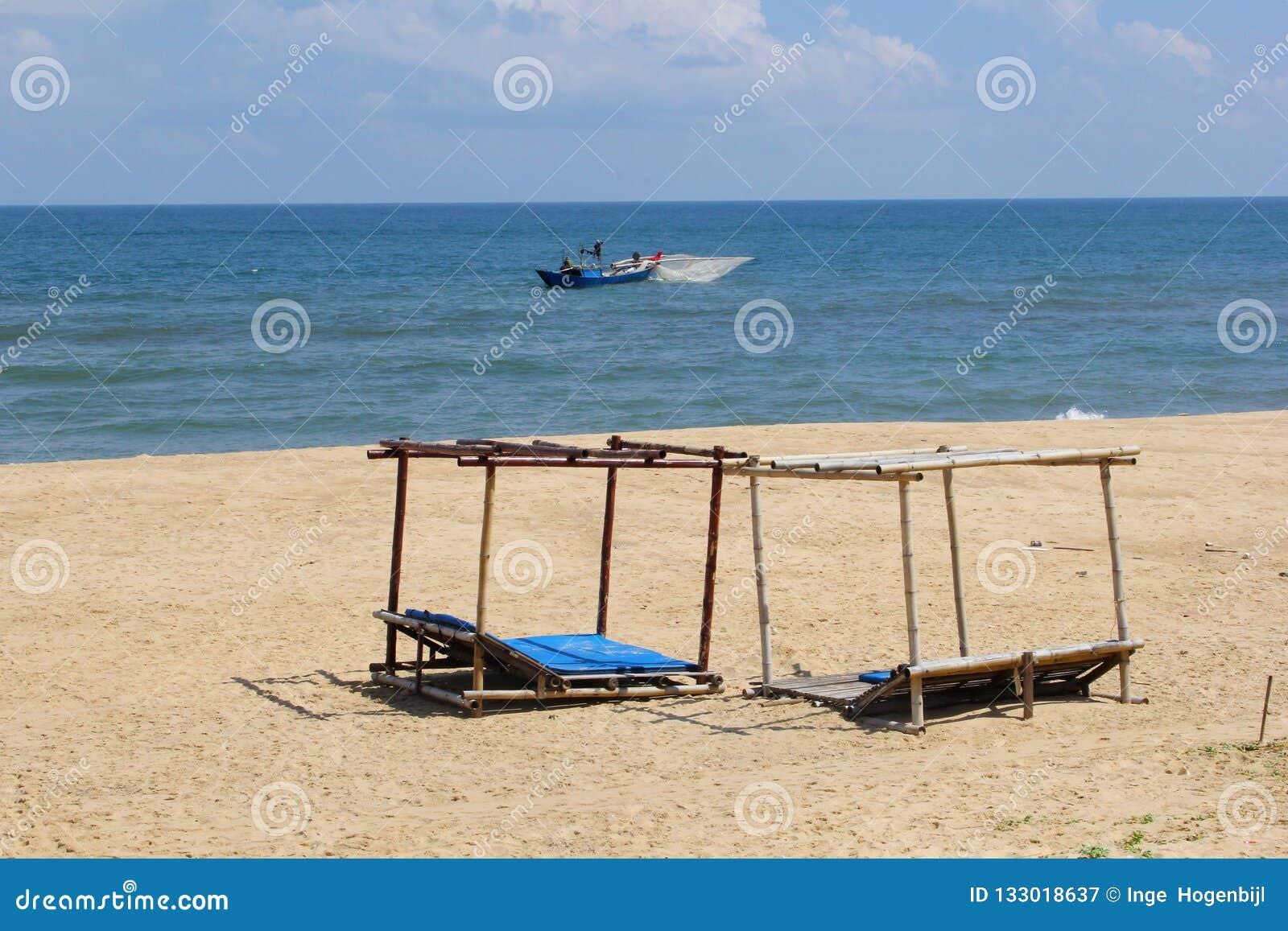 海滩太阳床蓝色海洋渔船,同海市,越南