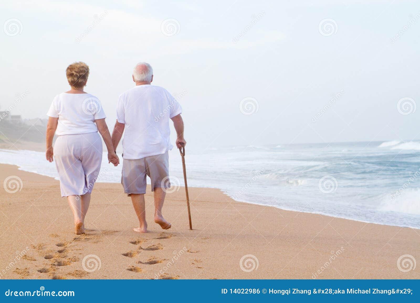 海滩夫妇年长走