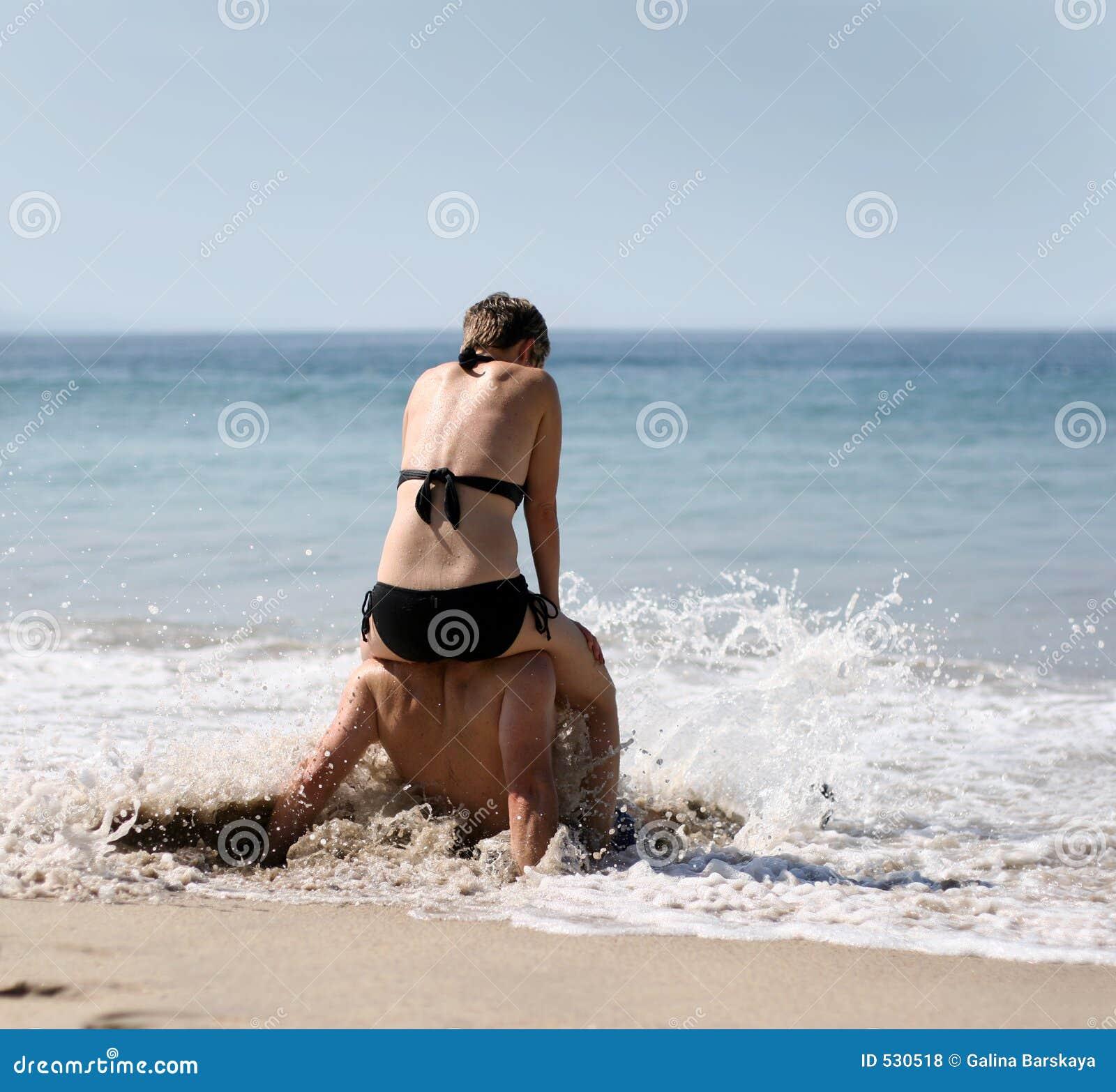 Download 海滩夫妇 库存照片. 图片 包括有 浪漫, 火箭筒, 比基尼泳装, 关系, 放松, 恋人, 沙子, 言情, 天堂 - 530518