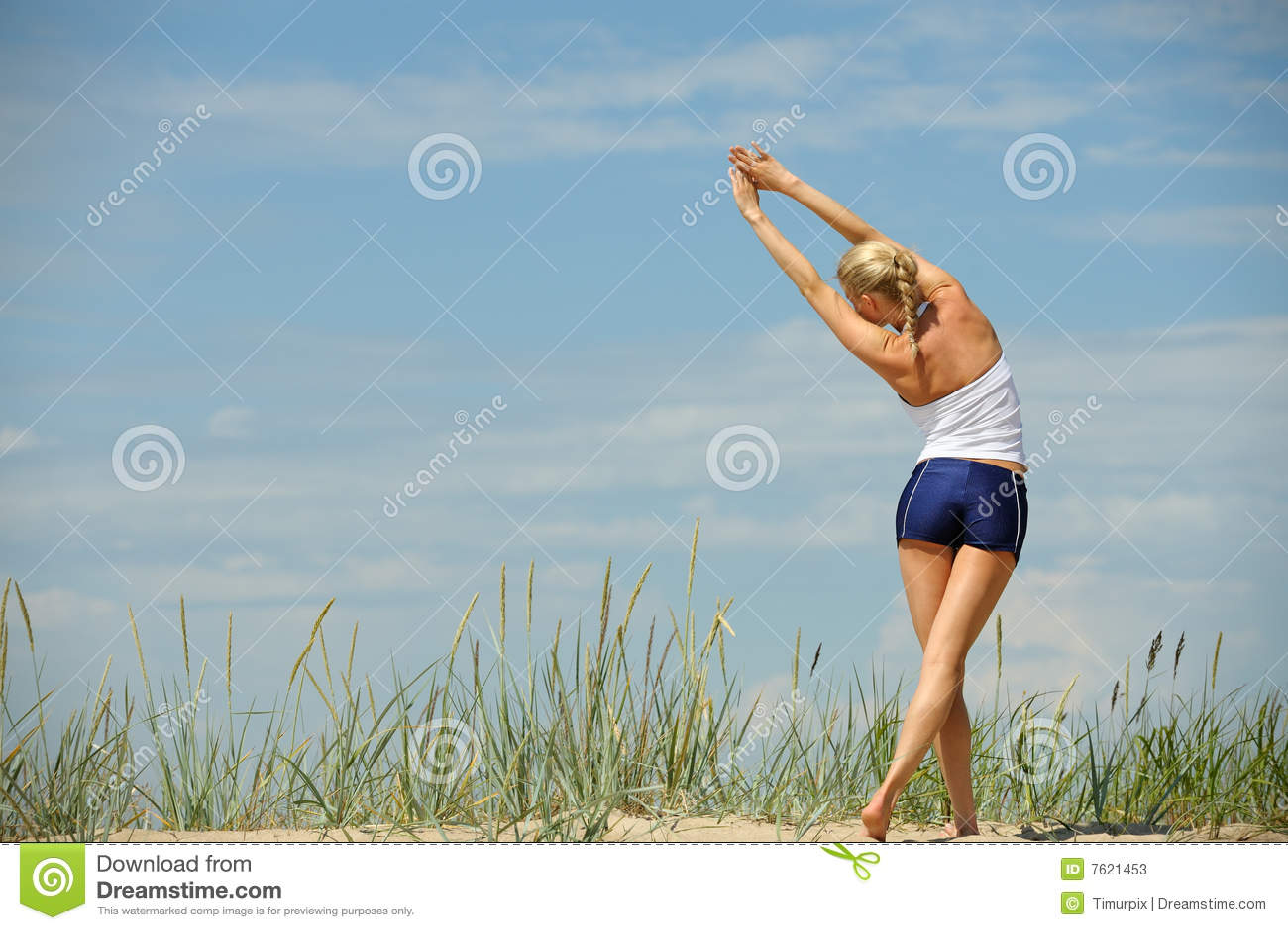 海滩女性锻炼