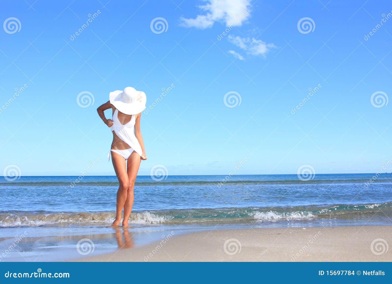 海滩常设妇女年轻人