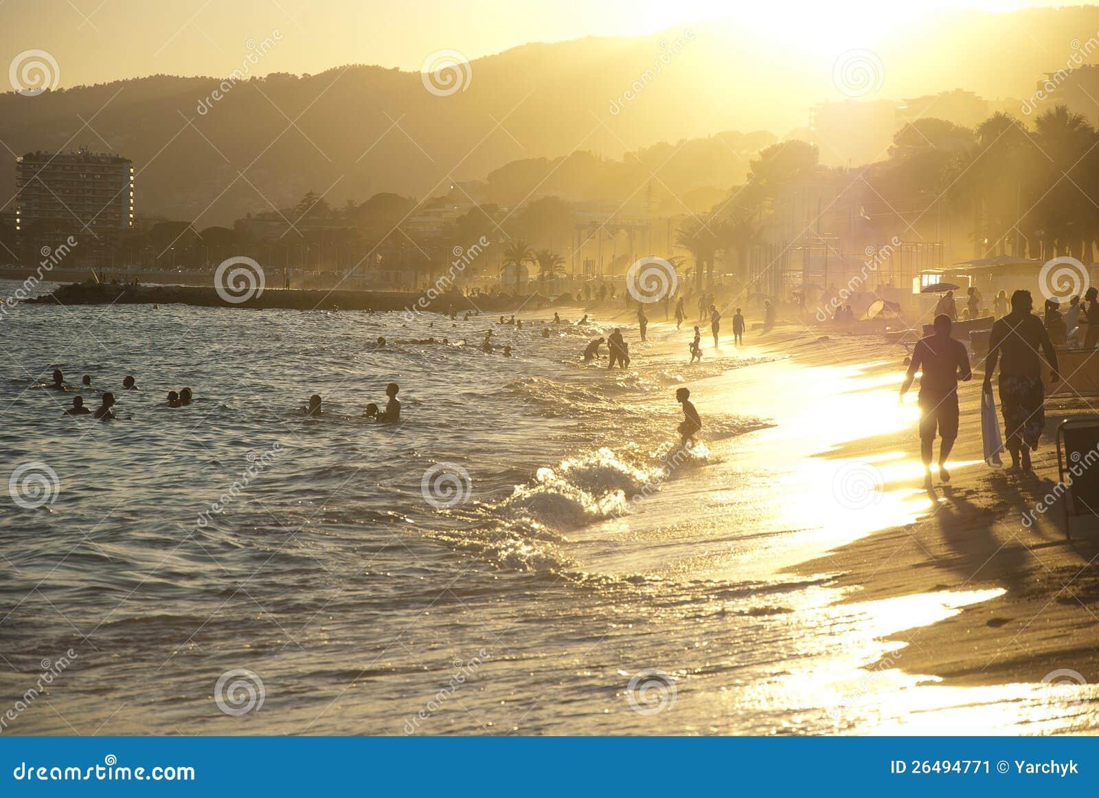 海滩日落在戛纳,法国