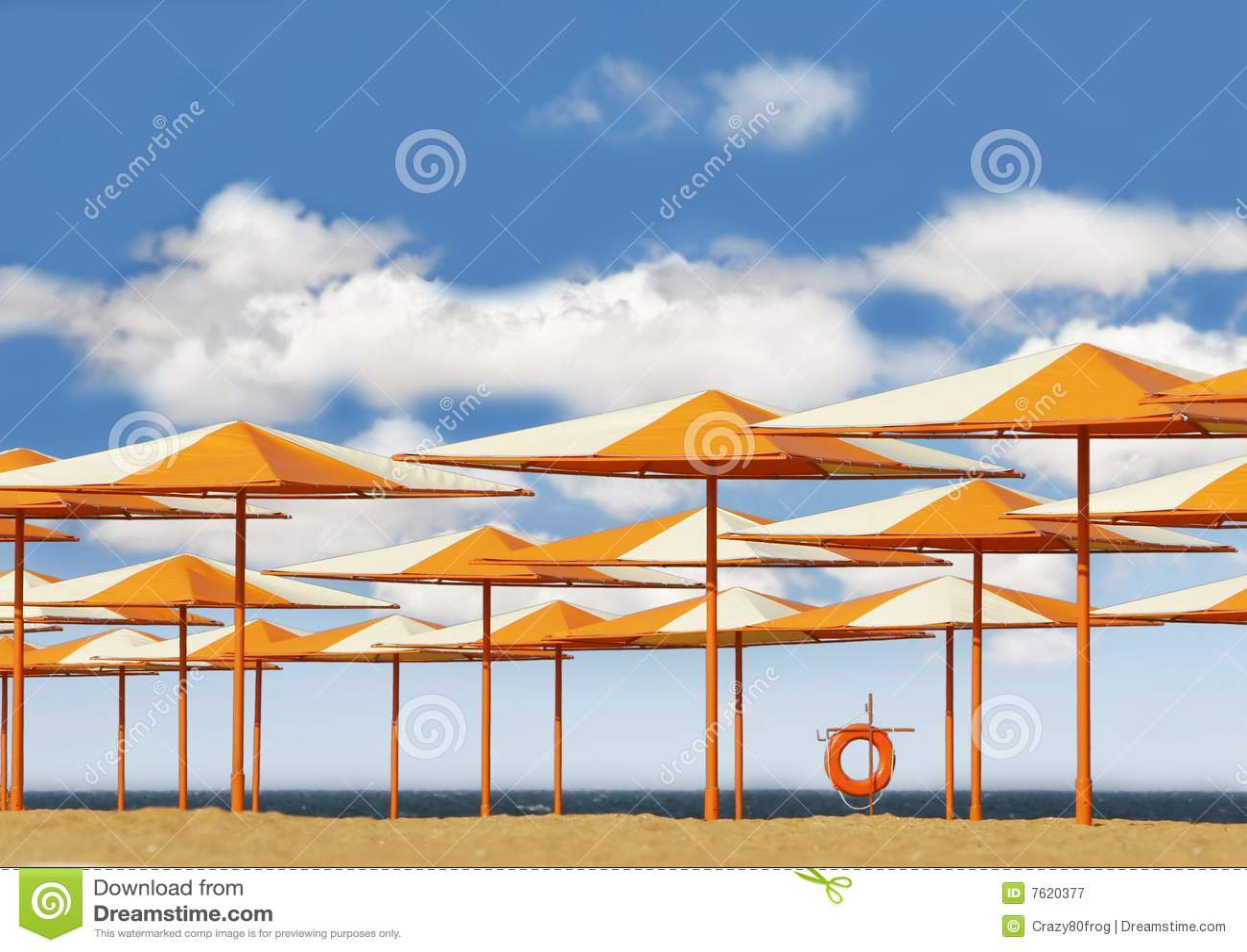 海滩明亮的沙子伞