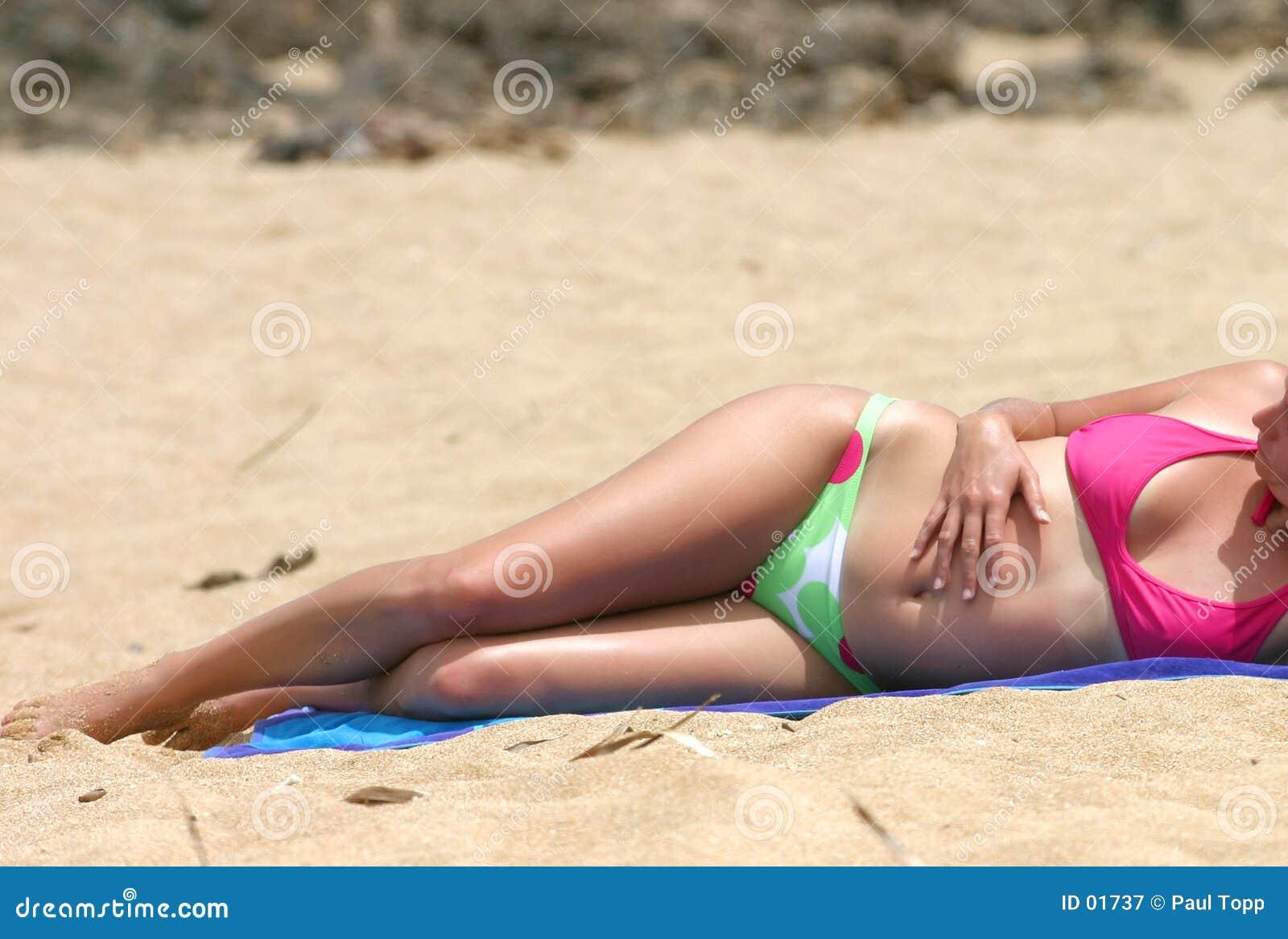 海滩比基尼泳装女孩晒日光浴的夏威夷