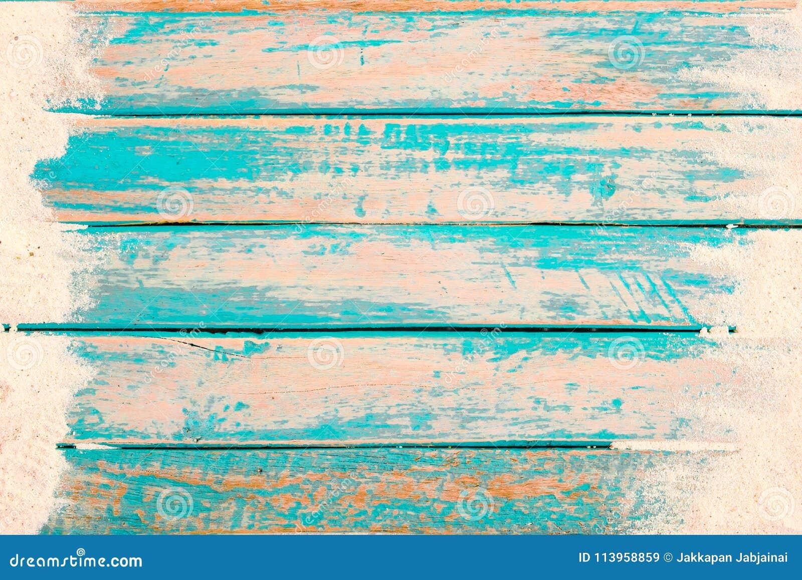 海滩沙子顶视图在老木板条的在蓝色海油漆背景中