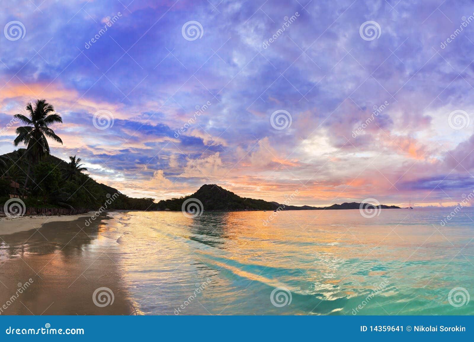 海滩热带棚d塞舌尔群岛的日落
