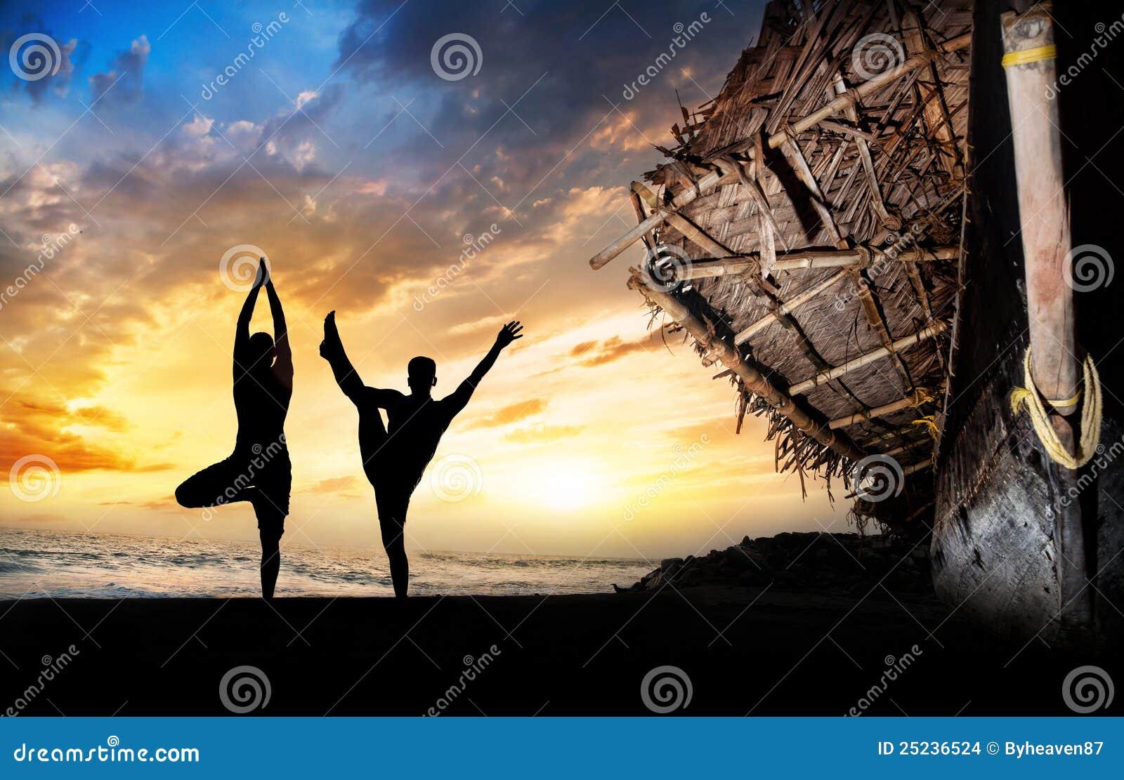 海滩现出轮廓瑜伽