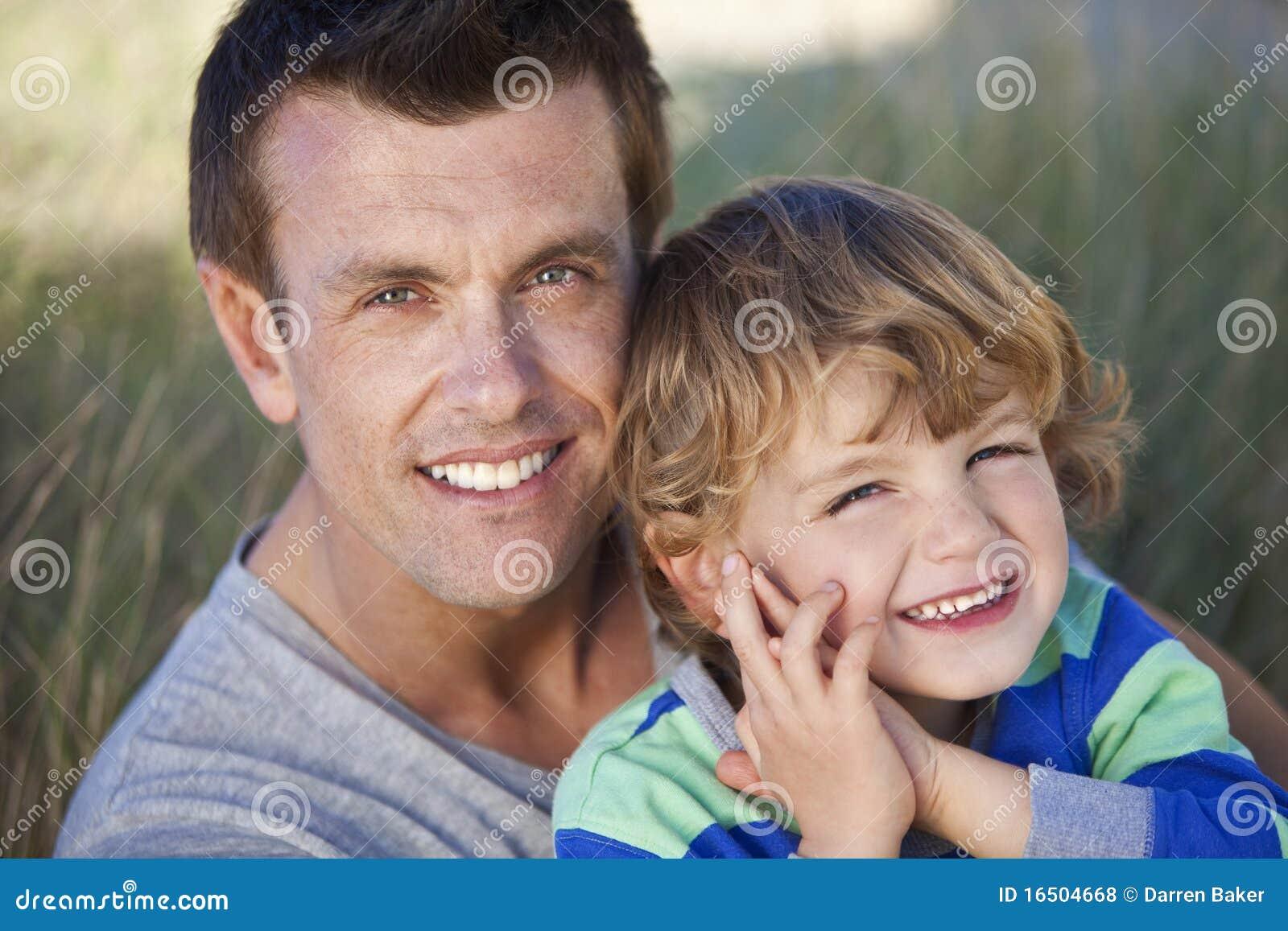 海滩男孩有父亲的乐趣人儿子