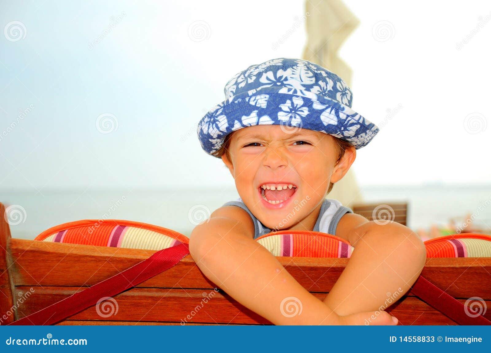 海滩男孩笑的纵向
