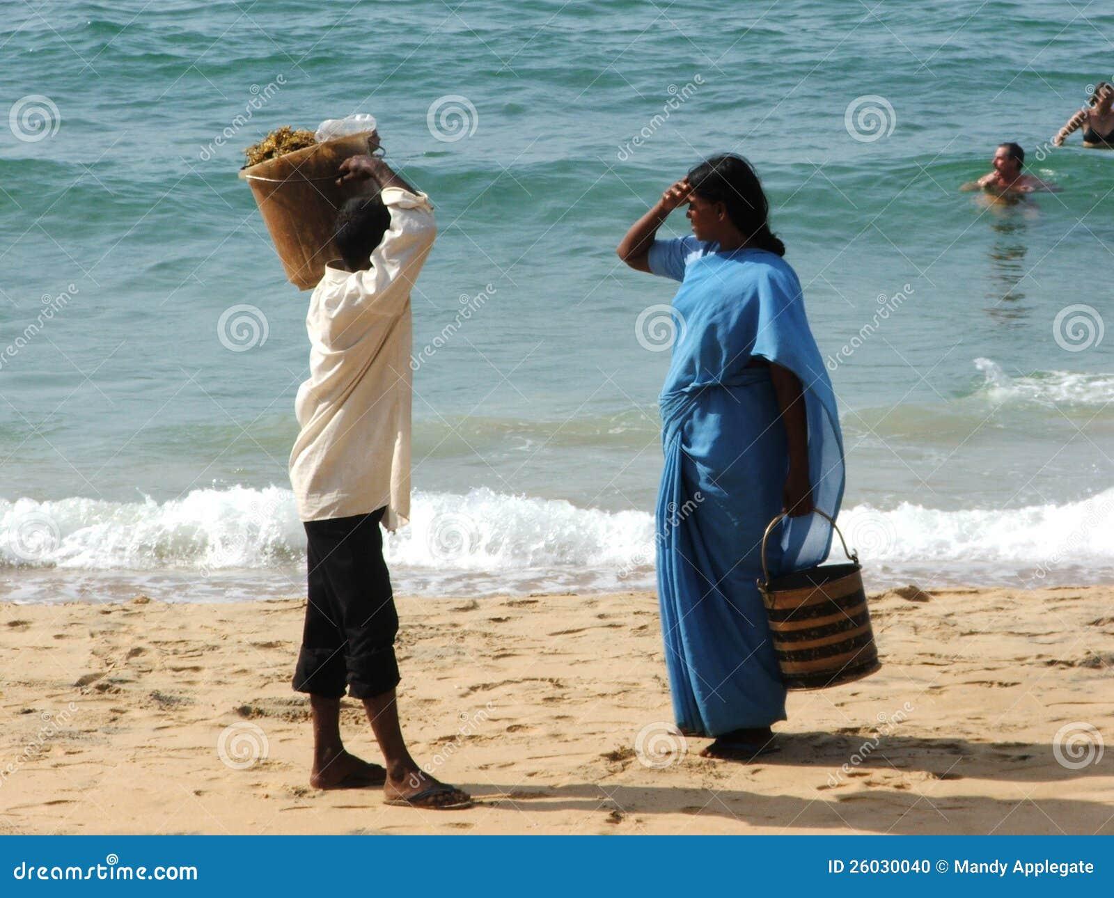 海滩的人们在海啸以后2004年