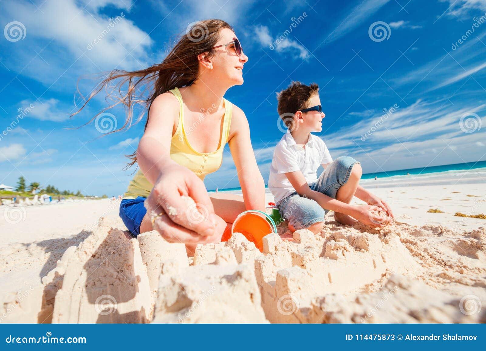 海滩的母亲和儿子