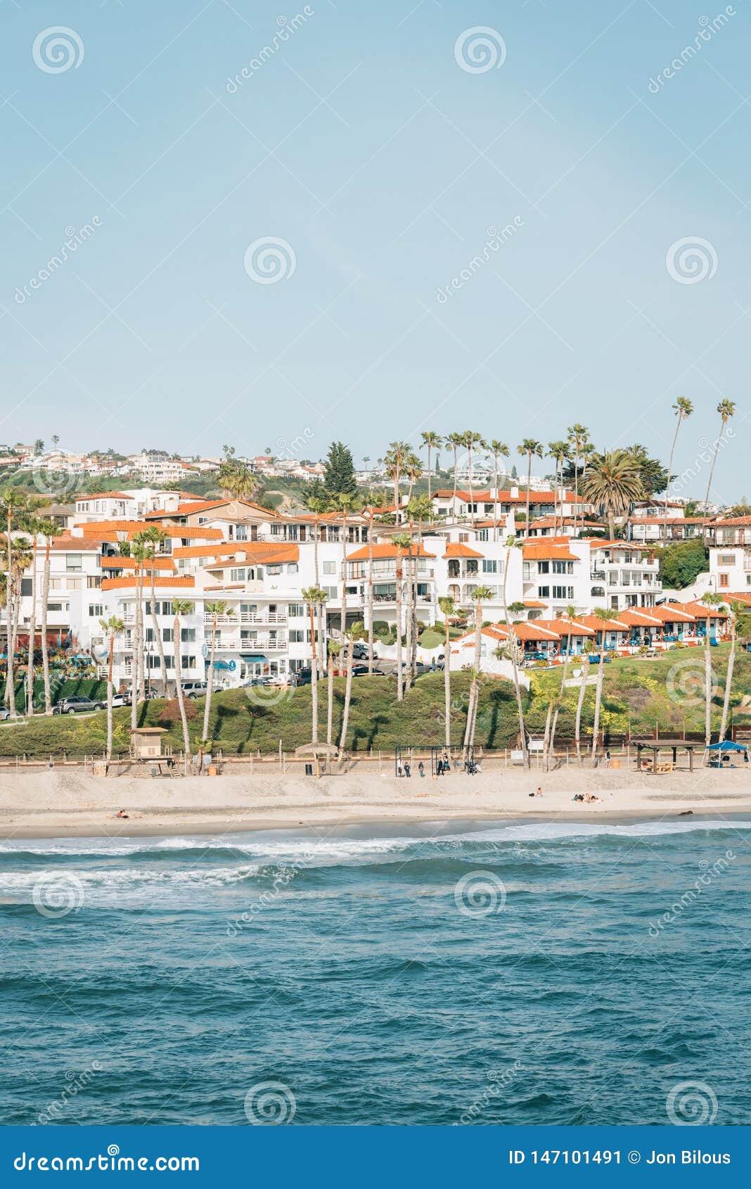 海滩的看法从码头的在圣克莱芒特,橙县,加利福尼亚