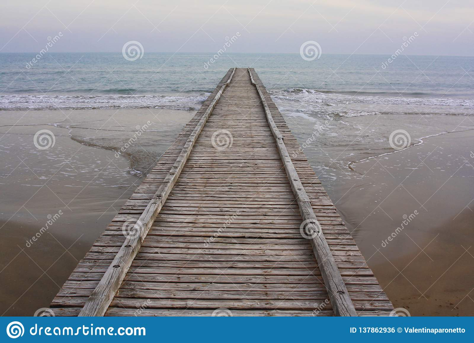 海滩的长的木木板走道