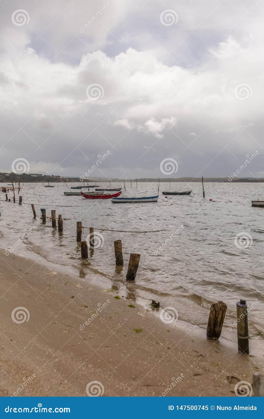 海滩看法在拿沙利的盐水湖有渔船的,在葡萄牙