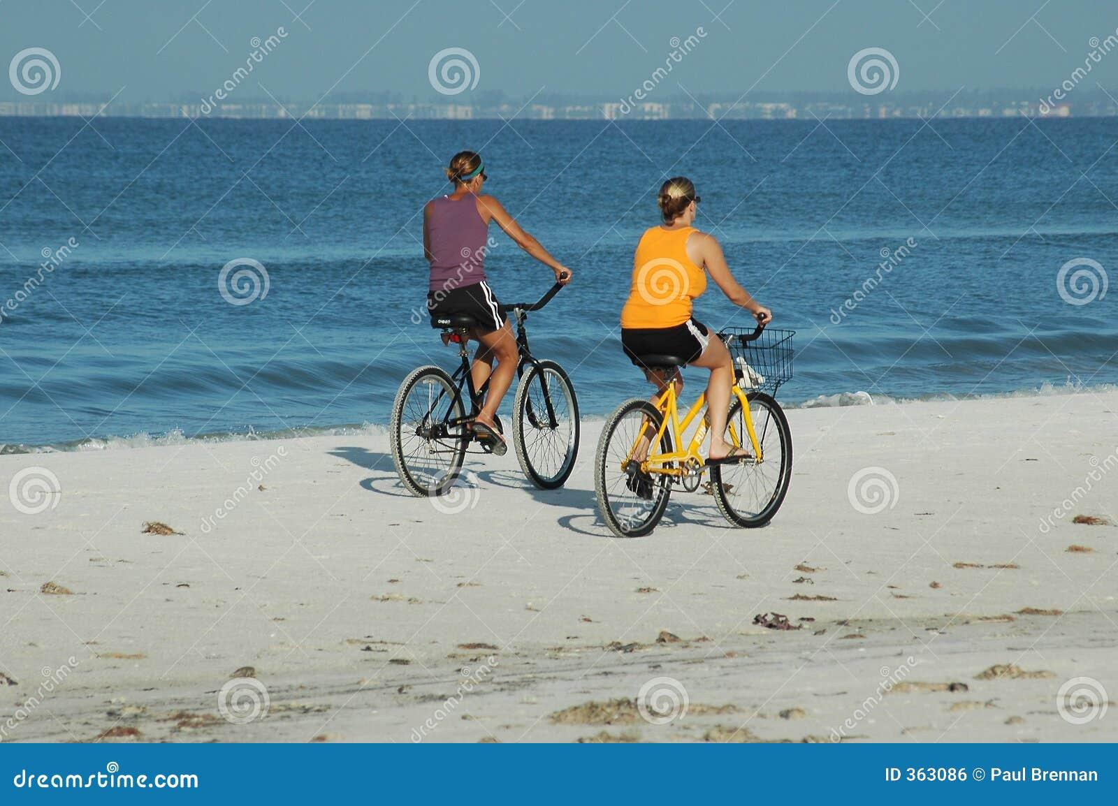 海滩骑自行车的人
