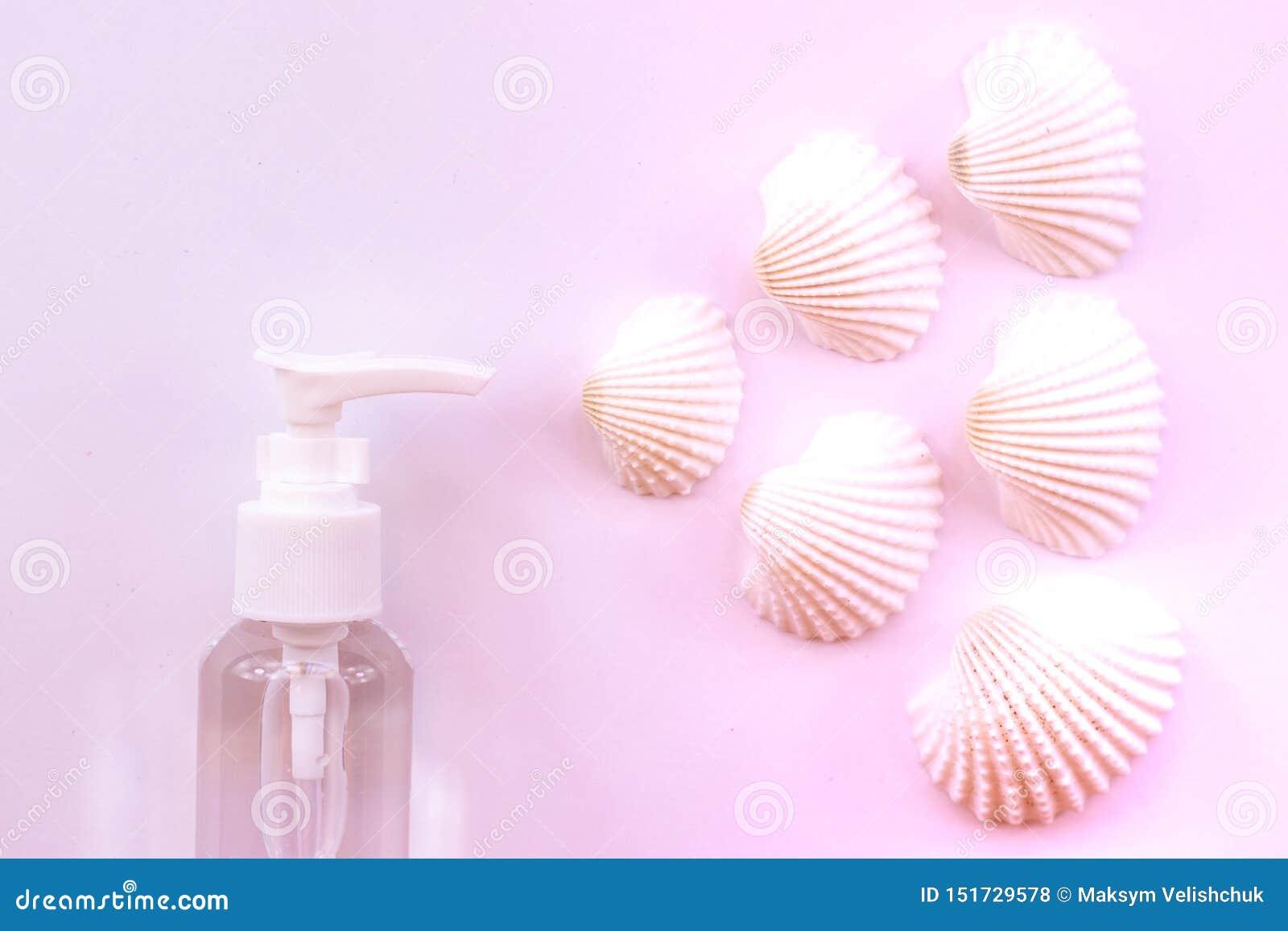 海的气味 有壳的塑料香水喷子瓶在粉红彩笔背景