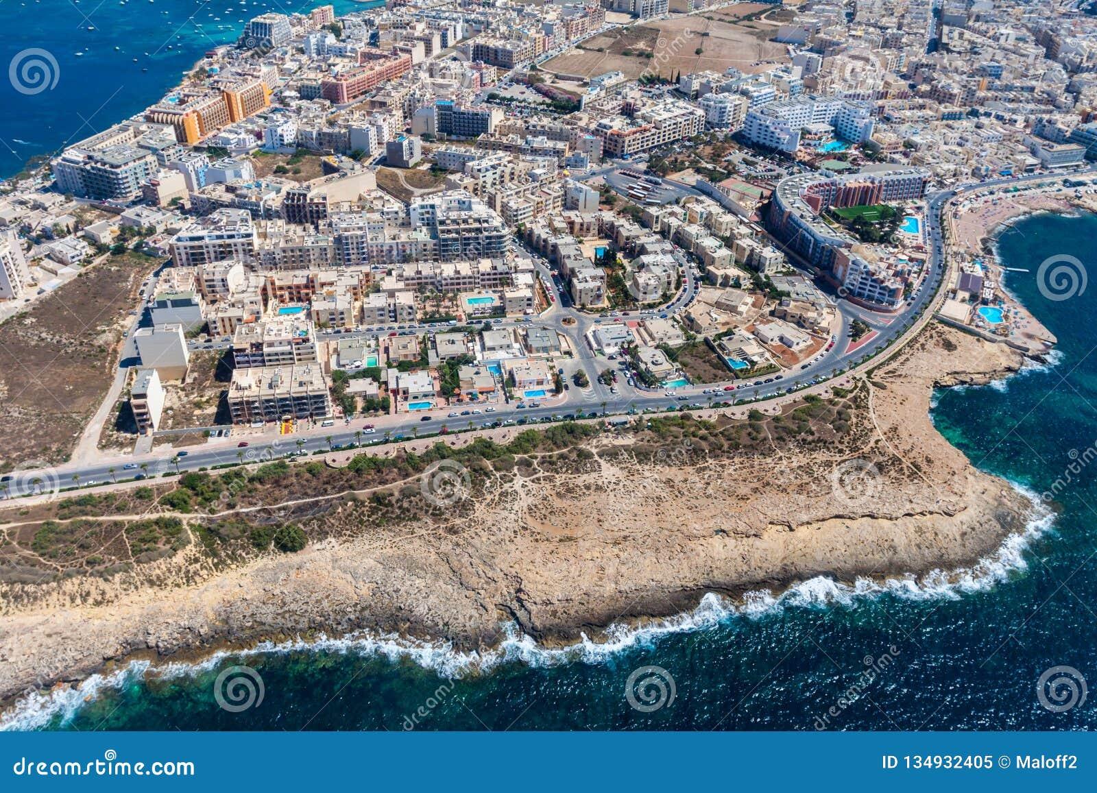 海边峭壁、五颜六色的Qawra镇房子和街道在圣保罗';s湾区在这个区域北部地区,马耳他