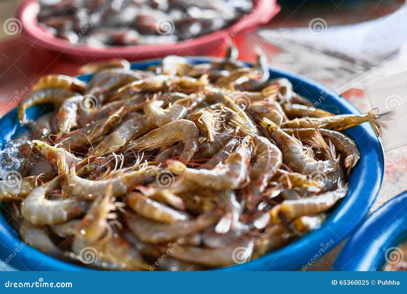 海鲜 新鲜的被捉住的虾(大虾)在农夫市场上 愈合