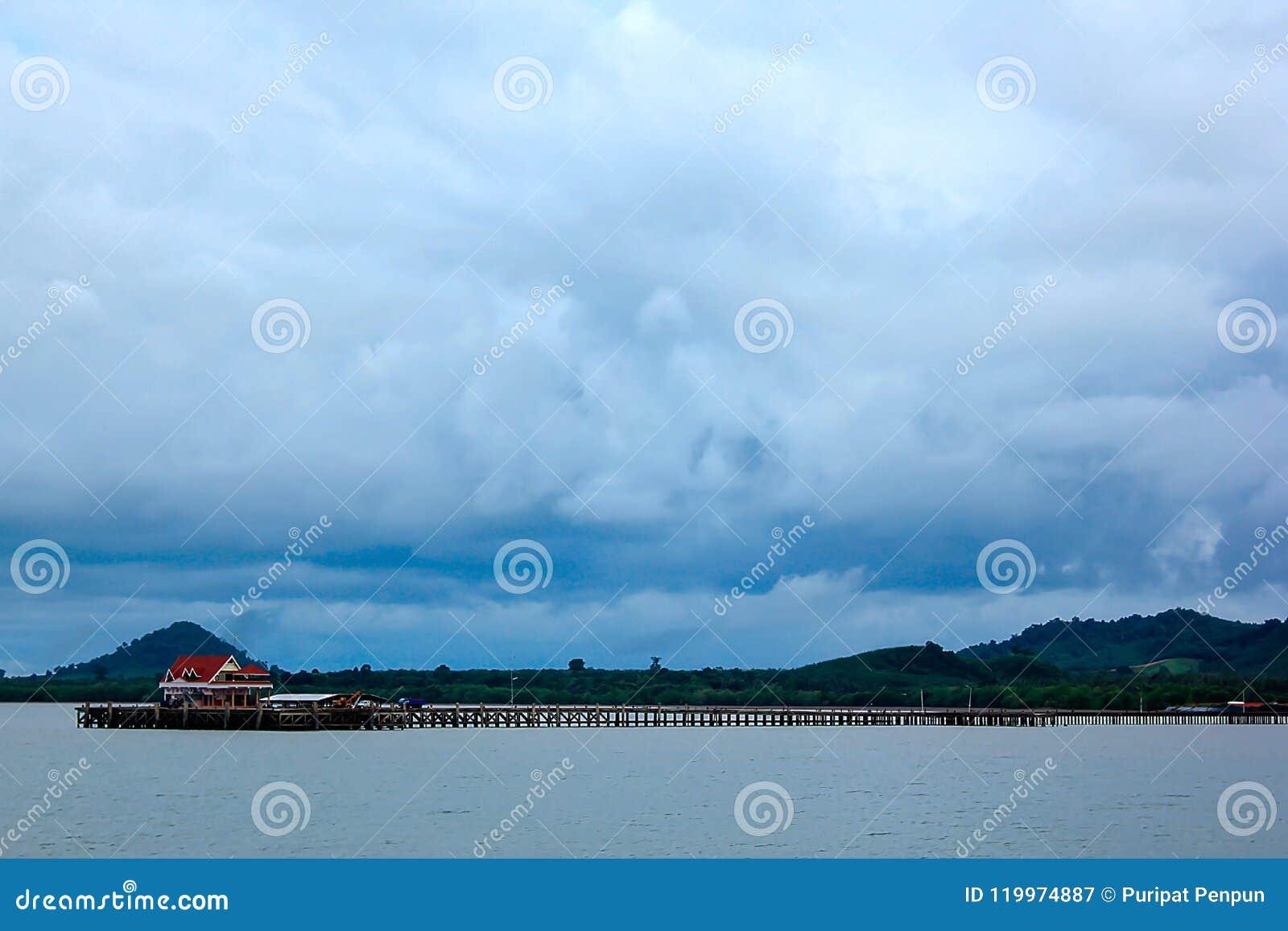 海,天空阴云密布,雨被形成