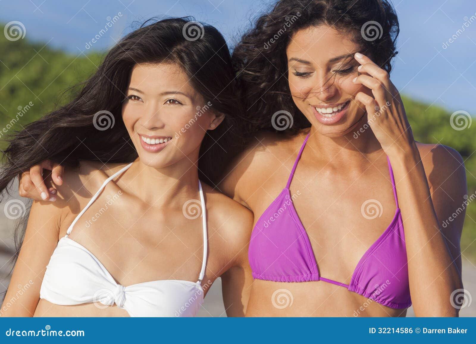 海滩亚洲人&拉美裔的美丽的比基尼泳装妇女