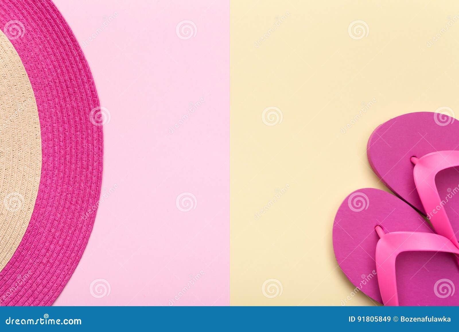 海滩帽子和触发器在淡色背景