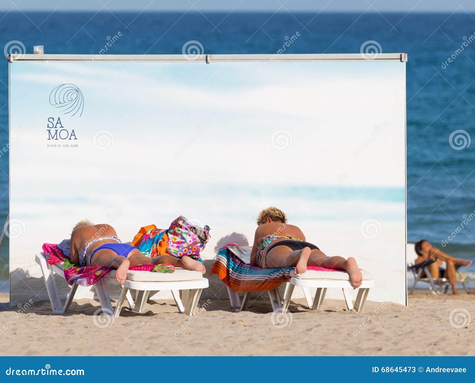 海滩晒日光浴的妇女
