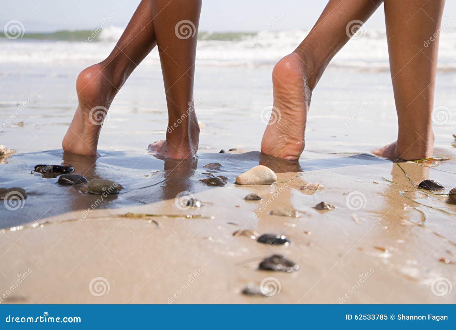海滩的两个人与盘的腿