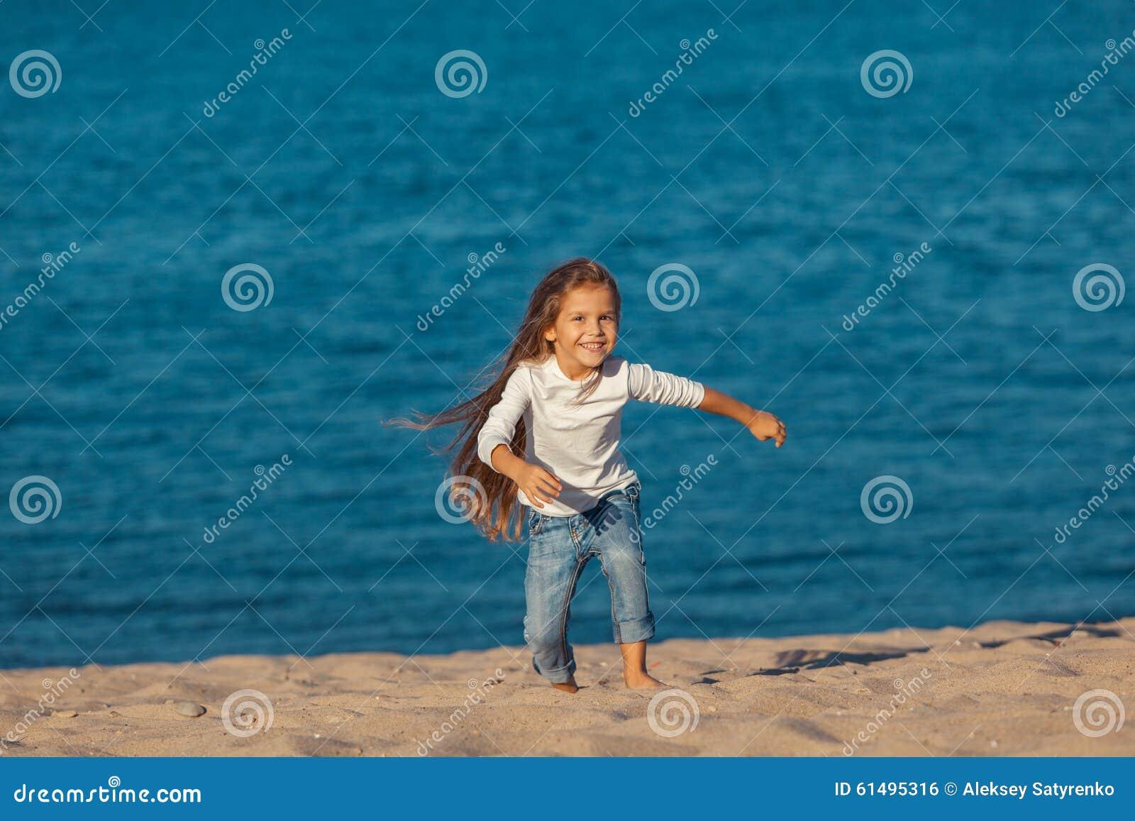海滩的可爱的愉快的微笑的小女孩