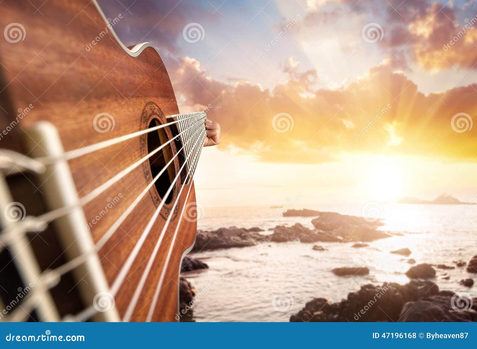 海滩的吉他演奏员
