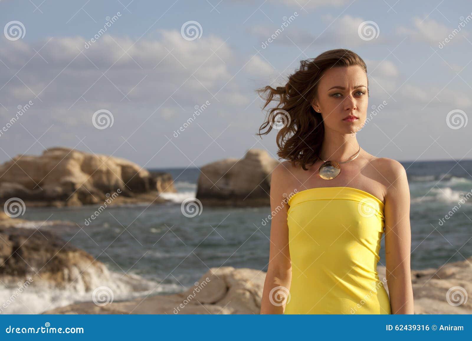 海滩的妇女由日落