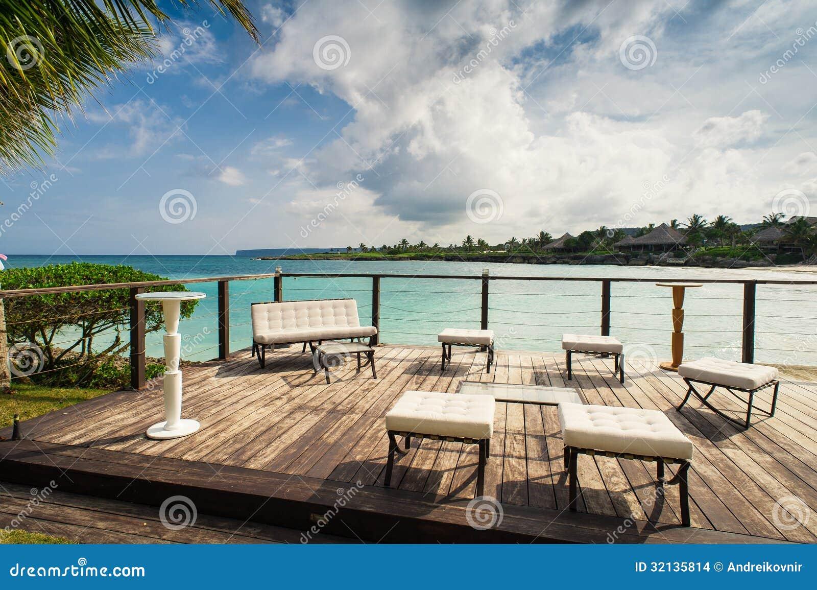 海滩的室外餐馆。在海滩、海洋和天空的咖啡馆。在热带海滩餐馆的表设置。多米尼加共和国,