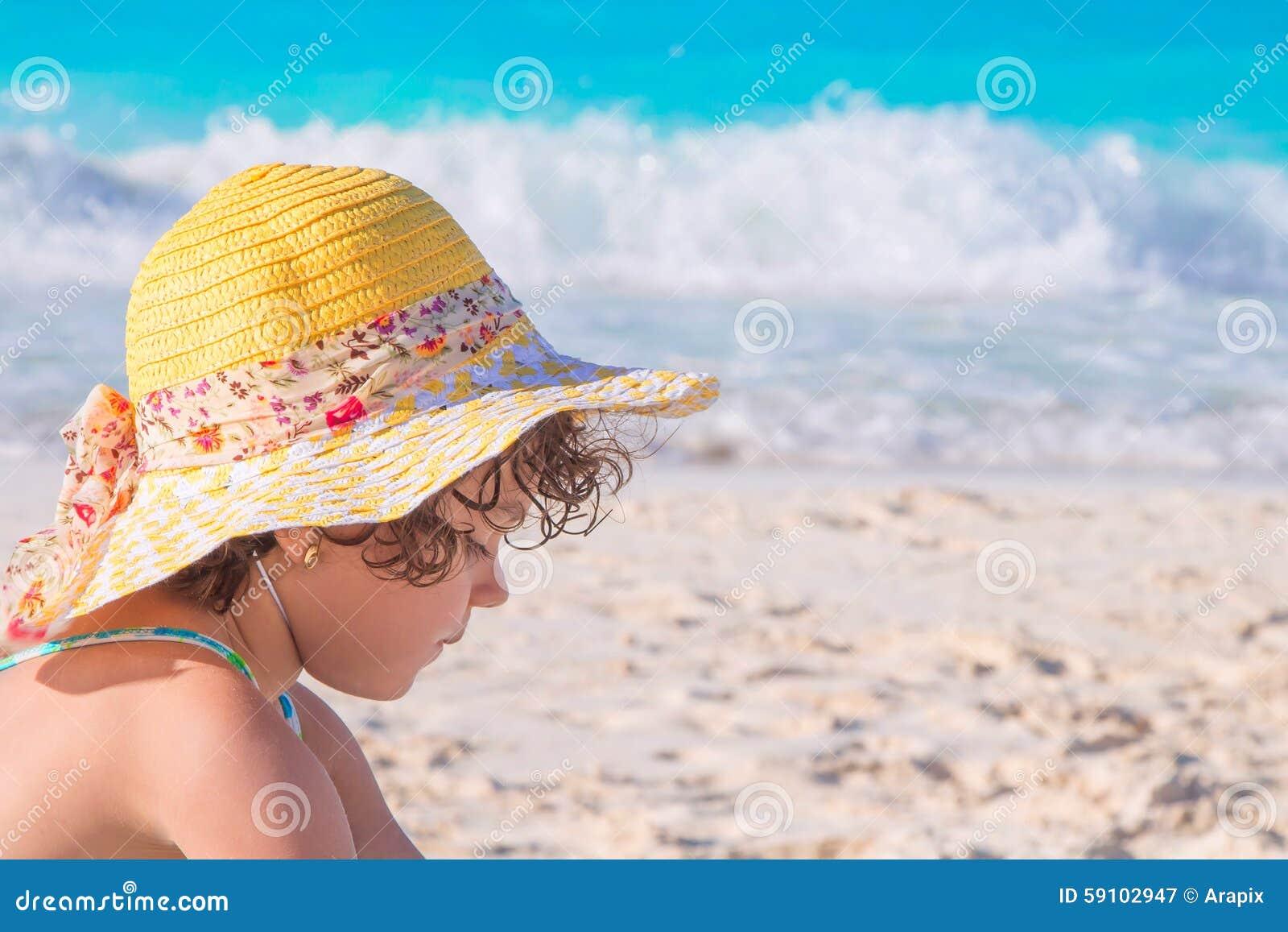 海滩的小女孩坐沙子